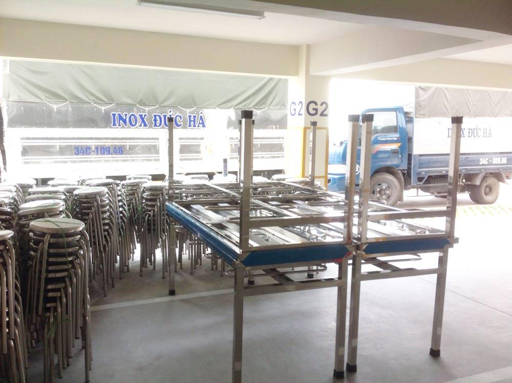 Giao hàng bàn ăn inox công nghiệp